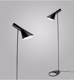 Lampadine post lampade online-Lampada da terra di design post-moderno Lampada da terra AJ Lampada da tavolo in metallo nero / bianco per soggiorno / camera da letto Lampadina LED E27