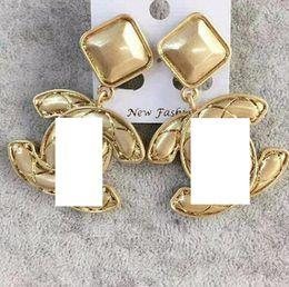New hot personalità lucido lettera d'oro orecchini gioielli da donna regalo festa accessori moda da adattatori per cavi di alimentazione fornitori
