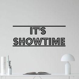 2019 citations autocollant C'est Showtime Sticker Cinéma Home Cinéma Film Vinyle Autocollant Décor Citations Étanche Amovible Murales Marque Papier Peint B654 citations autocollant pas cher