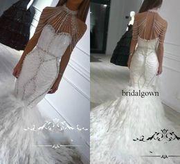 Gefiederte halfter brautkleid online-Luxus-Feder-Nixe-Hochzeits-Kleider 2019 Halter plus Größe-Kristalle Pailletten, die Trompete-arabische Dubai-Brautkleider Vestido De Novia bördeln