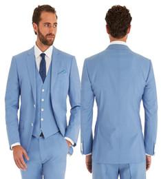 2019 pantaloni di vestito dal cielo blu degli uomini 2019 Nuovo arrivo Sky Blue Groom Dress Tuxedo Uomo Tute Risvolto Giacca + Pantaloni + Gilet Due bottoni Abiti da sposa pantaloni di vestito dal cielo blu degli uomini economici