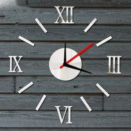 Orologio digitale romano online-Digital 3D Roman Sticker Wall Decor Mirror Clock per la casa Decorazione orologio da parete in acrilico fai da te (Argento)
