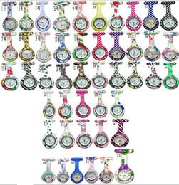 Toptan 50 adet / grup Mix 53 renkler Yeni Hemşire Izle Broş Silikon Leopar Tunik Piller Hemşire Izle NW001 nereden karikatür böceği tedarikçiler