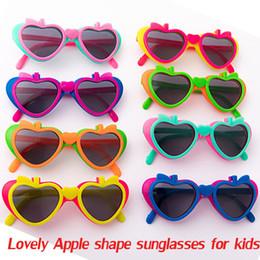 Canada 10pcs Apple forme Enfant pliant des lunettes de soleil pour enfants filles garçons belle coupe parti promotion pas cher prix lunettes de soleil Offre