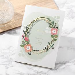 (50 unidades / lote) Estampado de oro tarjeta de invitación de boda ahuecado diseño de guirnaldas impresión personalizada tarjetas de matrimonio verde CW8201 desde fabricantes