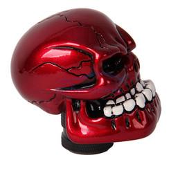 Manopole rosse online-Gzhengtong Universal Car Truck Auto Carvedl bastone del cambio Shifter manopola di figura del cranio di colore rosso