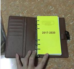 80a9546e1bf5 Marca Famosa Agenda Marca de Luxo Nota LIVRO Capa de Couro Diário de Couro  com saco de lixo e caixa de cartão de Nota livros Venda Quente Estilo anel  de ...