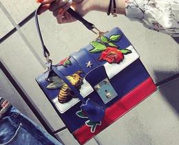 2019 bolsos de cuero bordados Vino de salida god bump el nuevo bolso femenino de moda flores de verano bolso de bordado de las abejas bolso de cuero bordado de moda euramerican