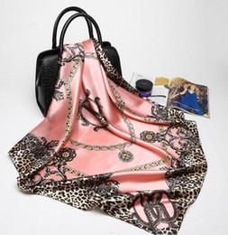 2019 lenço quadrado moda Rosa Leopardo Hijab Cachecol Lenços De Seda De Marca De Luxo Das Mulheres Foulard Praça Cabeça Wraps New Fashion Xaile Fabricante 90 * 90 cm Quadrados Lenços lenço quadrado moda barato