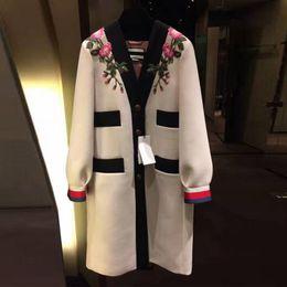 2019 vestidos de lã de trabalho de lã 2018 Runway Designer de Luxo Moda Trench V Neck Único Breasted Contraste Brasão cores bordados de flores Vintage Beige