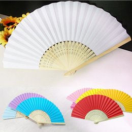Abanicos plegables online-17 Stock Colors Fábrica Venta al por mayor Boda Mano Papel Fans Bolsillo Plegable Bamboo Fan fans Party Favor 100pcs 21 cm