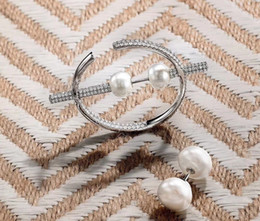 Pendientes redondos de aro con baño de rodio. online-Mujeres de la moda de plata de ley chapado en rodio de cristal completo Zircon pavimentan grandes ronda C pendientes de aro de gran pendiente asimétrico de la perla natural