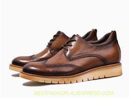 Handgefertigte Herren Kleid Schuhe aus echtem Leder geschnitzt Brogues Wohnungen Lace Up Brown männlichen Plattform Höhe zunehmende Freizeitschuhe von Fabrikanten