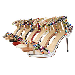 Zapato cortado online-Zapatos de mujer sexy de estilo europeo y americano Zapatos de tacón alto Sandalias femeninas Remaches coloridos recortes Verano 7 colores Sandalias de verano