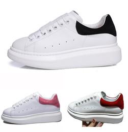 Mens couro tênis on-line-2018 Nova Moda Das Mulheres Dos Homens de Luxo de Couro Branco Sapatos de Plataforma Plana Sapatos Casuais Senhora Preto Vermelho Rosa Sneakers