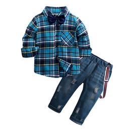 Autumn Baby Boys Outfits Diseñador Falda A Cuadros Ropa Conjuntos Compruebe Manga Larga Pajarita Camisa + Raya liguero Jeans 2pcs Set Y863 desde fabricantes