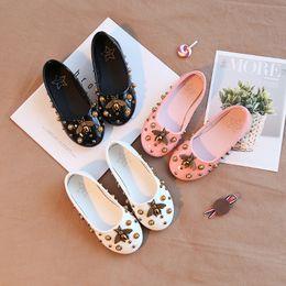 Bebek Çocuk Ayakkabıları Çocuk Kız Prenses Deri Ayakkabı Moda İlkbahar / Sonbahar Küçük Arı Yumuşak Taban kaymaz Doug Ayakkabı Doğum Günü Hediyeleri 4-16 T nereden