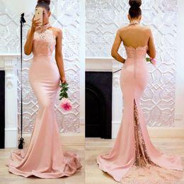 Offener abendkleider hoher hals online-Rosa lange High Neck Mermaid Lace Abendkleider Open Back Applique Sweep Zug Trauzeugin Party Kleid für Brautjungfer Kleid