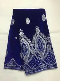 Venta caliente azul real tela de encaje de terciopelo francés tela de encaje de terciopelo suave africano con lentejuelas de oro para ropa JV5-2,5 yardas / pc desde fabricantes