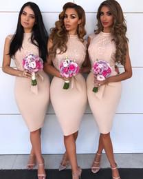 2019 abito da sposa in ginocchio arrossisce Sexy Blush Pink 2019 Elegante Sirena Abiti da damigella d'onore Gioiello Collo Applique in pizzo Lunghezza al ginocchio Cintura Abiti da sposa Abiti da cerimonia abito da sposa in ginocchio arrossisce economici