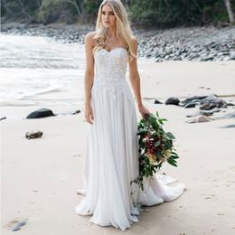 Свадебные платья установлены талии онлайн-Свадебное платье без бретелек с обтягивающей талией и мягкой плавной шифоновой юбкой с изысканным кружевом и жемчугом Платье для невесты на пляже