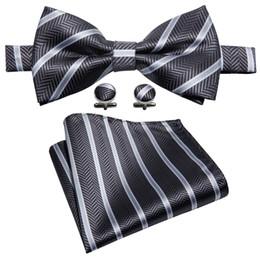 Pajarita de rayas online-Corbata de lazo a rayas en blanco y negro conjunto pañuelo mancuernas de moda de bodas fiesta de negocios de moda LH-809