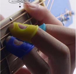beschichtete gitarren saiten Rabatt 4 Teile / satz Guitar Pick Fingertip Protektoren Silikon Gitarre Finger Daumen Paddel Für Gitarre Ukulele Zubehör Zufällige Farbe