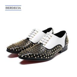 2018 Weiß British Style Fashion Nieten Männer Oxfords Schuhe Aus Echtem Leder Lace Up Bullock Männer Kleid Schuhe Party Brogue Schuhe 38 47