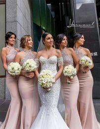 Vestidos de dama de honor de cuello halter largos atractivos Vestidos de fiesta de boda de sirena de encaje sin mangas Estilo de maid de vestidos de honor de país desde fabricantes