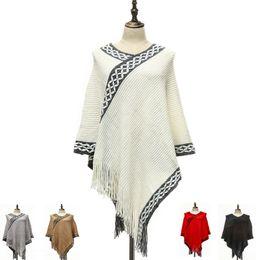 Eleganti poncho online-2017 nuove donne inverno lavorato a maglia scialle elegante fiocco di neve con scollo a V nappa ponchos Scialli di nastro acrilico di alta qualità