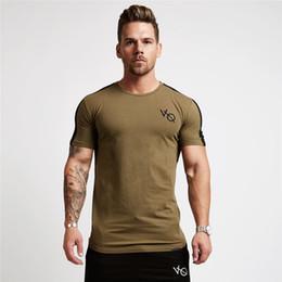 2019 abbigliamento moda bodybuilding 3 Colori VQ Stili Moda Palestre Fitnes Uomo T Shirt Elasticità Bodybuilding Allenamento Crossfit Camicie Uomo Casual Tee Top Abbigliamento di Marca Homme abbigliamento moda bodybuilding economici