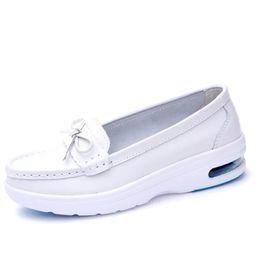 Venta al por mayor al por menor 2019 Primavera Verano Zapatos de cuero reales Zapatillas de deporte casuales Cojín de aire blanco enfermera transpirable antideslizante zapatos de las mujeres ocasionales desde fabricantes