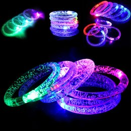 leuchtendes armbandspielzeug Rabatt Acryl LED Flash Armband Glitter Glow Licht Hand Ring Sticks Luminous Kristall Farbverlauf Bunte Armreif Atemberaubende Tanzparty Spielzeug GGA672