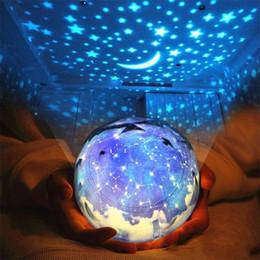 Jouets alimentés par usb en Ligne-LED Starry Sky Projecteur Lampe Clignotant Univers Étoile Planète Magique Veilleuse USB 3AA Alimenté À Piles Jouet Rougeoyant 26 73ds YY
