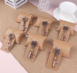 2019 etiquetas para los favores de partido Kraft almohada caja de dulces con llave abridor de botellas etiqueta caramelo bolsa conjunto para favores de la boda regalos del partido evento fuentes etiquetas para los favores de partido baratos