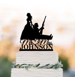 bolos de casamento engraçados Desconto O chapéu de coco do bolo de casamento do caçador, noiva que puxa a silhueta do noivo, noiva que arrasta o noivo, nome personalizado do bolo de coco do bolo personalizou o Sr. e a Sra.