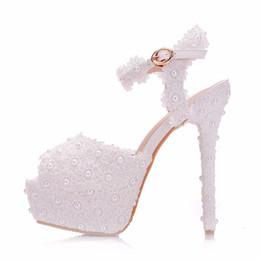 2019 stilettos de flores Nuevas flores de encaje blanco elegante peep toe zapatos para mujer zapatos de tacón alto de tacón de aguja de moda de la boda Perlas de plataforma Sandalias de novia stilettos de flores baratos