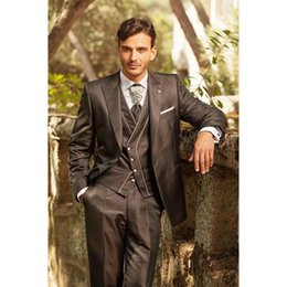Abrigo pantalón marrón oscuro online-2018 Últimos diseños de pantalón de abrigo Traje italiano para hombre en marrón oscuro Esmoquin Novio Slim Fit 3 piezas