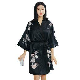 2019 schwarze satin robe blumen Sexy Black Female Kimono Bademantel Kleid Sommer Satin Robe Nachthemd Print Floral Nachthemd Braut Brautjungfer Hochzeit Robe günstig schwarze satin robe blumen