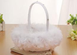 2018 blanco pluma de avestruz niña de las flores cesta elegante redondo de seda cesta de la boda favorece el accesorio de la boda nuevo desde fabricantes