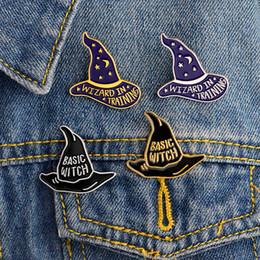 Детские свадебные рубашки онлайн-WIZARD IN TRAINING BASIC WITCH hat Brooches Button Pins Denim Jacket Pin Badge for Bag T-shirt Jewelry Gift for Kids Friends