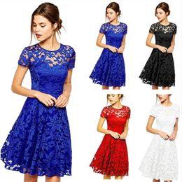 kurze frauenkleid blau weiß Rabatt Großhandels-Frauen-Sommer-Kleid-Blumenspitze kleidet Kurzschluss-Hülsen-beiläufige Soild-Farbe Blau-Rot-Schwarz-weiße Partei Mini Dress Plus Size Vestidos