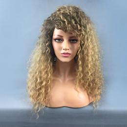 Africane ricci di parrucche online-Nuovo arrivo sintetico Afro corto ricci parrucche ricci sciolti parrucca con frangia per le donne ad alta temperatura fibra capelli biondi macchina fatta 22 pollici