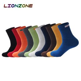 Chaussettes en gros LIONZONE Solide Cachemire Mérinos Laine Chaussettes Avec Tissu Signe Conception 10 Couleurs Hiver Chaud Thermique Chaussettes ? partir de fabricateur