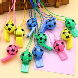 2019 le palline cheerano all'ingrosso Fischietti per calcio in plastica Coppa del mondo di calcio Arbitro fischiettio Puntelli Fans Forniture Giocattoli Commercio all'ingrosso Modello di palla da calcio Sentinella regalo le palline cheerano all'ingrosso economici