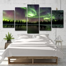 Pitture paesaggistiche online-Canvas HD Prints Paintings Home Decor Immagini moderne 5 pezzi Green Forest Aurora Lake Trees Scenery Poster Wall Art
