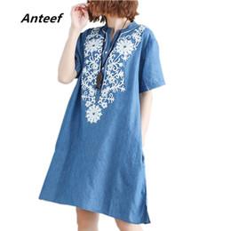 0383c2b40f2d52 Anteef Baumwolle Vintage Blumenstickerei Kleidung plus Größe Frauen  beiläufige lose Midi Sommer Denim Kleid Vestidos 2018 Kleider