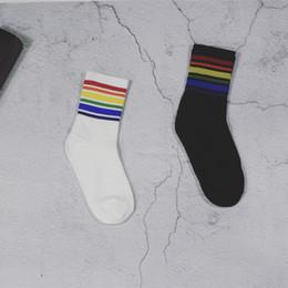calze a maglia giapponese Sconti Calze di moda con cinturini arcobaleno Calze di cotone bianco nero per donna Uomo Regalo di Natale Trasporto di goccia