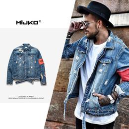 2019 productos de patchwork MIJKO desgaste de los hombres en el otoño / invierno de nuevos productos agujero desgastado chaqueta de retazos de los hombres sin tirantes estilo denim tendencia productos de patchwork baratos
