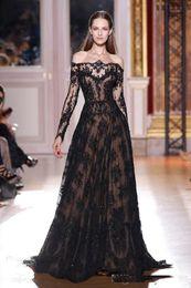 2017 черный аппликация линия Бато декольте кружева вечерние платья вдохновленный Zuhair Мурад длинными рукавами черный над обнаженной вечерние платья от